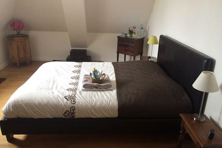 Grande chambre calme près du centre de Deauville - Apartment