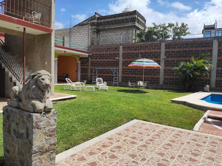 Casa LA VÍA con alberca y jardín. Privacidad total