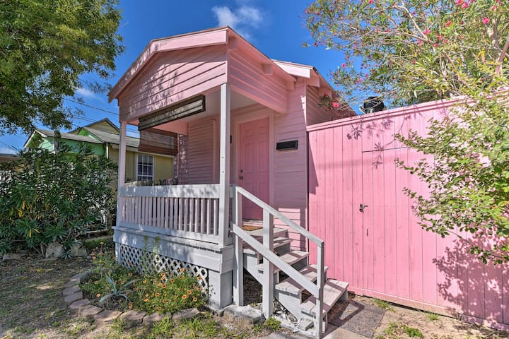 NEW! Cute & Vibrant Studio Near Downtown Galveston