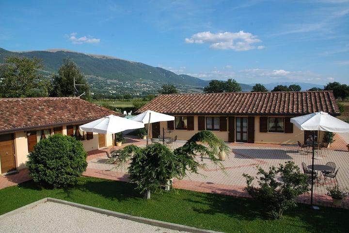 Maravillosa casa de vacaciones a 5 km de Asís con piscina compartida