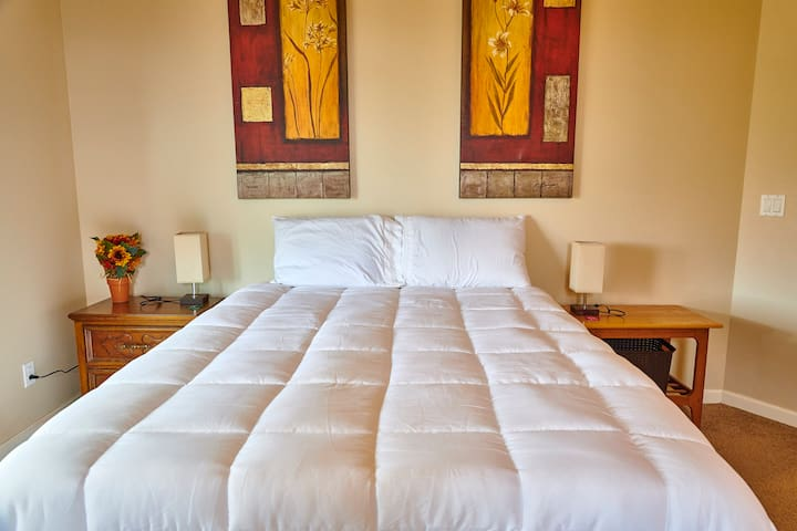 ***Quiet Master Bedroom with En Suite Bathroom***