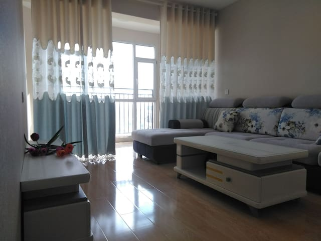 宽敞明亮的客厅,豪华大气舒适的沙发。