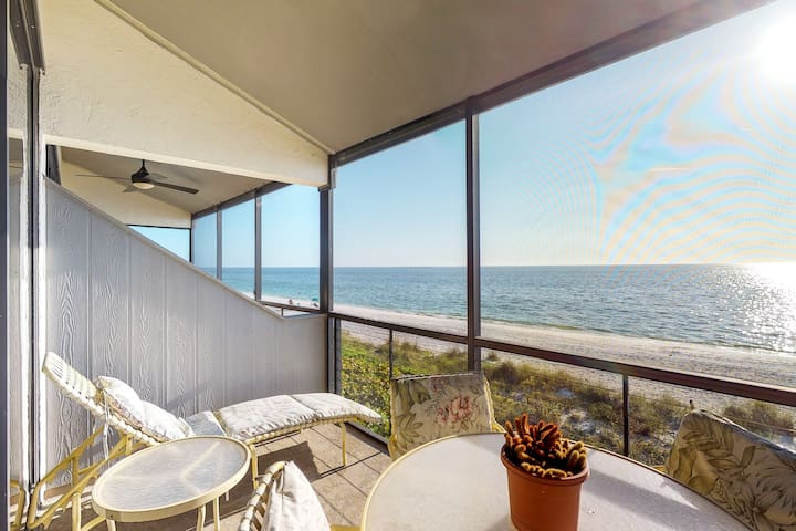 NEW LISTING! Great beachside condo with a shared pool and balcony views!