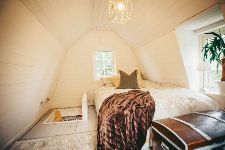 Sovloft med dubbelsäng. I kistan finns extra täcken till bäddsoffan