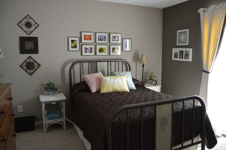 Serene room in lovely, quiet, artistic home - Acworth
