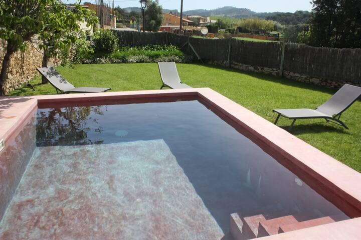 Foto de nuestra piscina y jarín para uso exclusivo de nuestros clientes