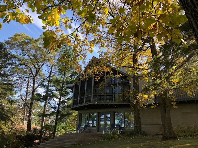 Frank Lloyd Wright Inspired Lake Home Unique Space