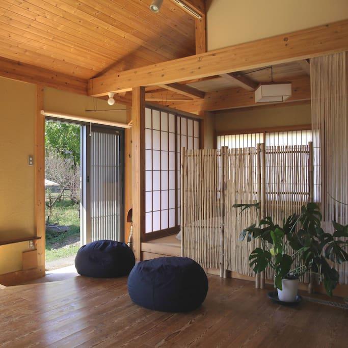 Entrance, common area and futon bedroom - 玄関と和室リビング。障子のある部屋はゲストの寝室。間仕切りタイプの部屋であるため 宿泊費はリーズナブルになっています。また就寝時間には1Fに誰もいないので安心して眠りにつけます。