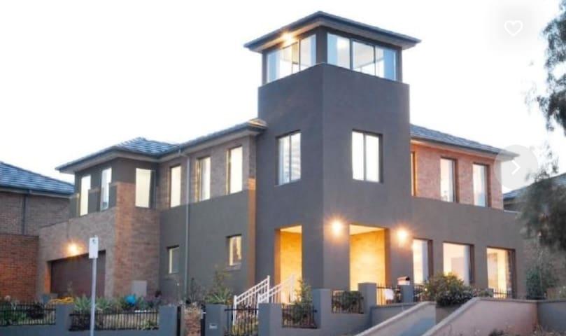 Luxury house near lake and shops - Maribyrnong - House