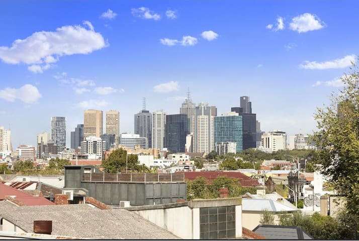 Light-filled Fitzroy flat with Melbourne CBD view!