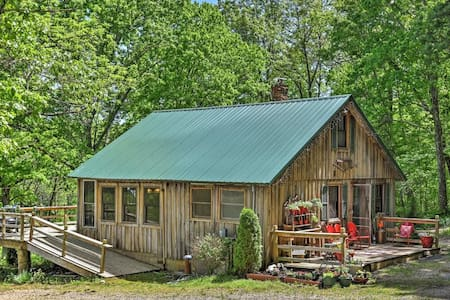 'Happy Farm'-Rustic 1BR Cape Girardeau Area Cabin - Marble Hill