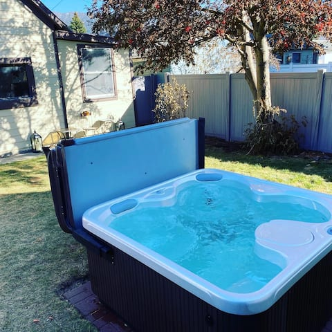 Bo's Queen Anne with Hot Tub and fenced backyard.