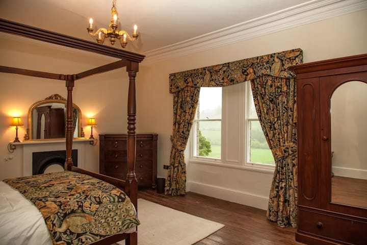 Bedroom 3 with King size 4 poster bed