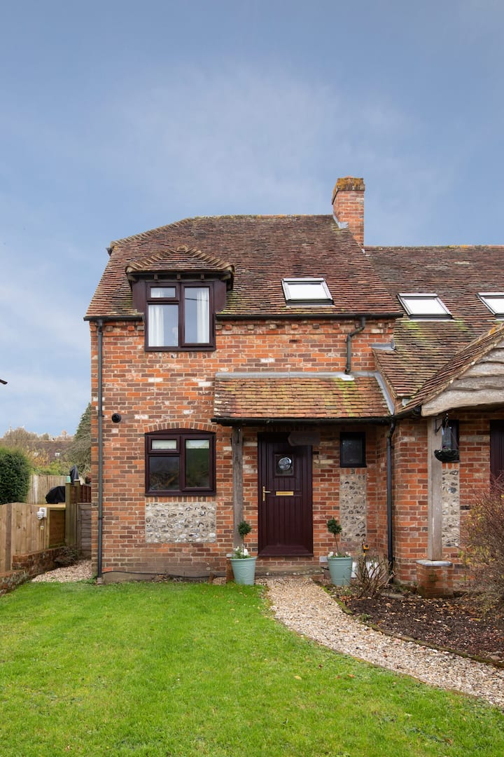South Downs cottage for 4, nr Goodwood. Parking