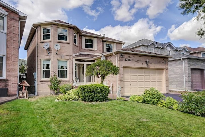 Spacious Family-Friendly,4 Bed Home in Mississauga