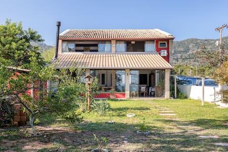 Linda casa na beira do mar no Ribeirão da Ilha