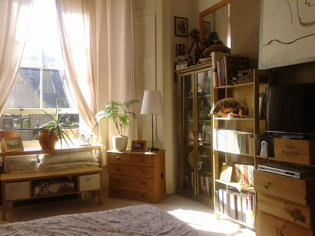 Bright Studio apartment near tube & bus city links