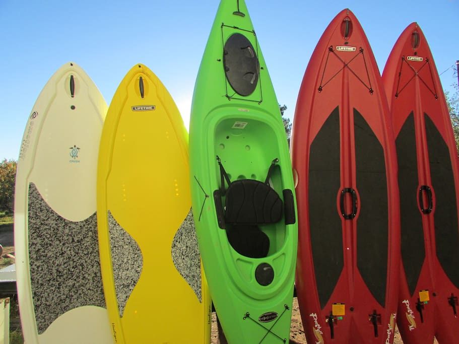 4 paddle boards and 3 kayaks to use on the lake 7 minutes away