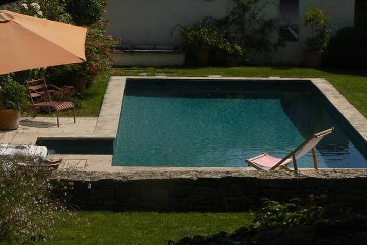 Charmante maison en pierre dorées avec piscine