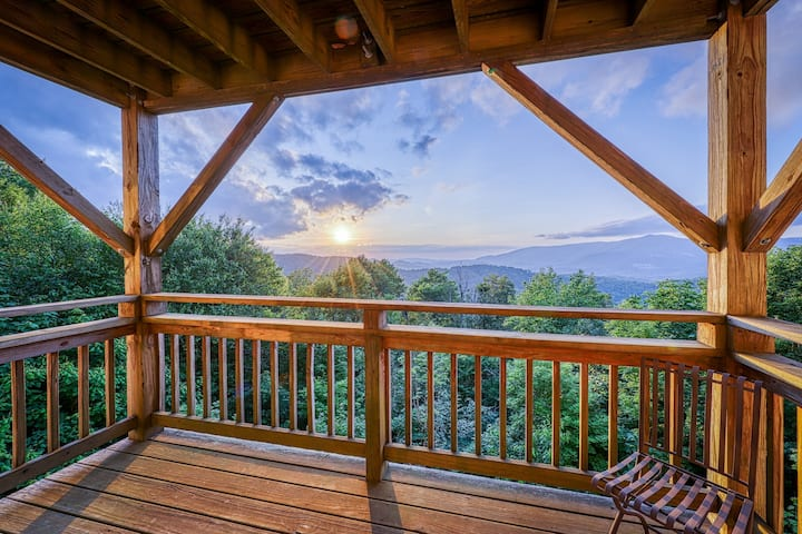 Mountain-view condo w/beautiful woodwork and spacious private balcony
