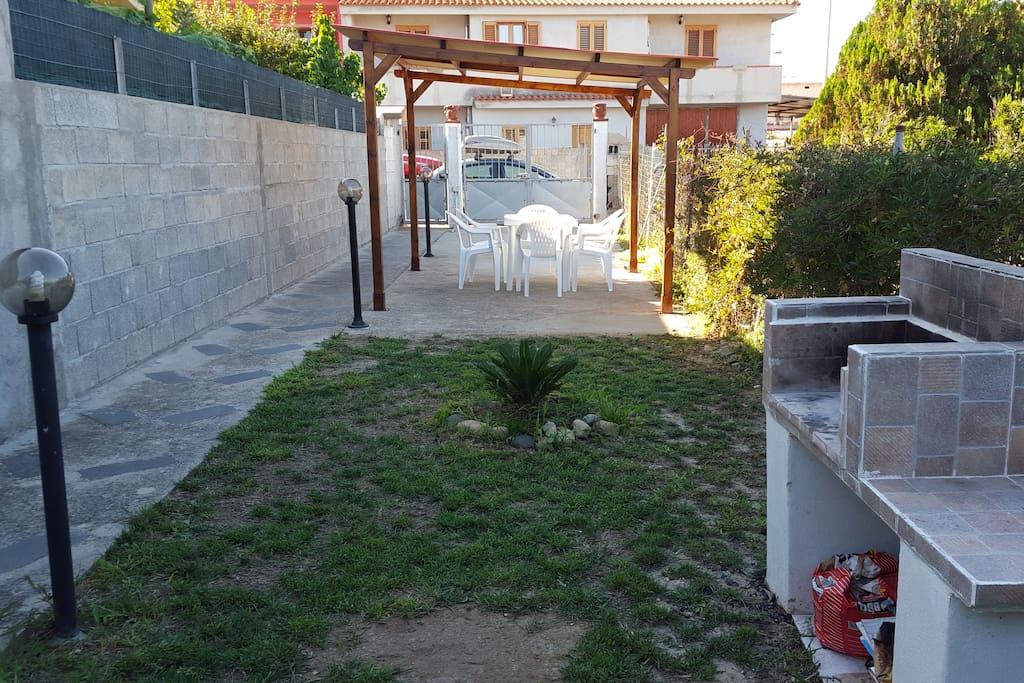 Caminetto in muratura e gazebo in legno per fantastiche grigliate o pranzi in giardino.
