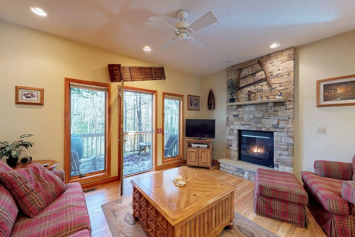 Cozy townhome w/hot tub, foosball & fireplace-walk to Wisp Resort