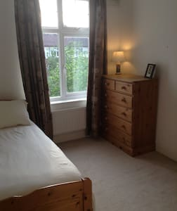 Lovely room with seperate bathroom, private lounge - London - Haus