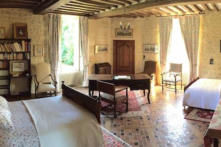 Chambre à tour au château d'Asnières- Omaha Beach - Asnières-en-Bessin - Gæstehus