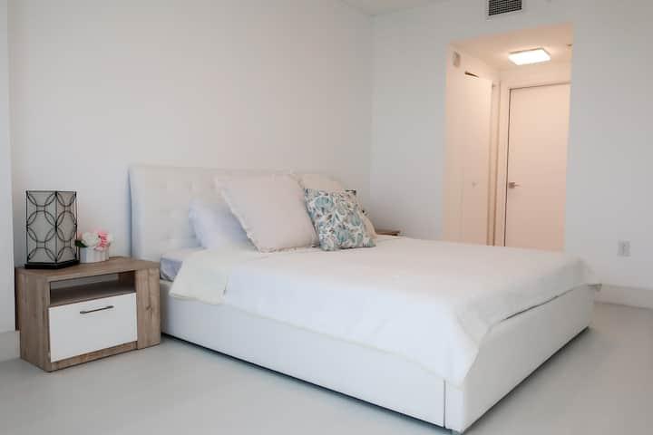 Private room nest to AVENTURA Mall