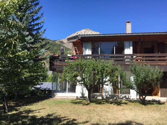 Bel appartement en rez de jardin d'une villa