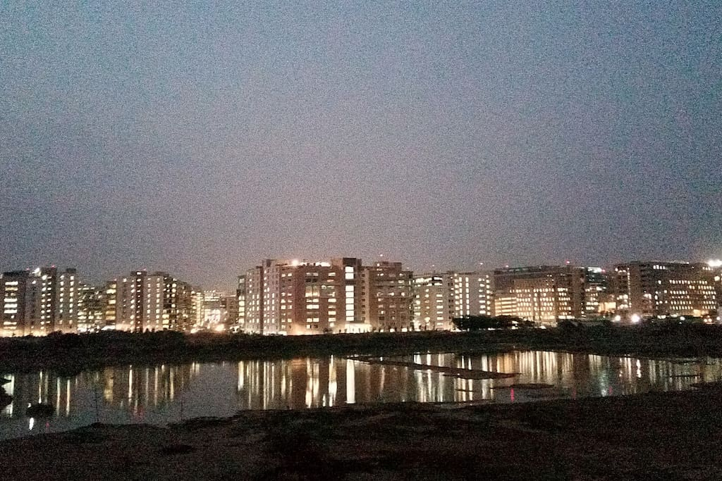 Spend the evenings with the glowing lights from EcoWorld Tech park and the serene lake.