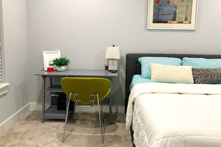 Downtown Private room with ensuite bathroom/Parkin