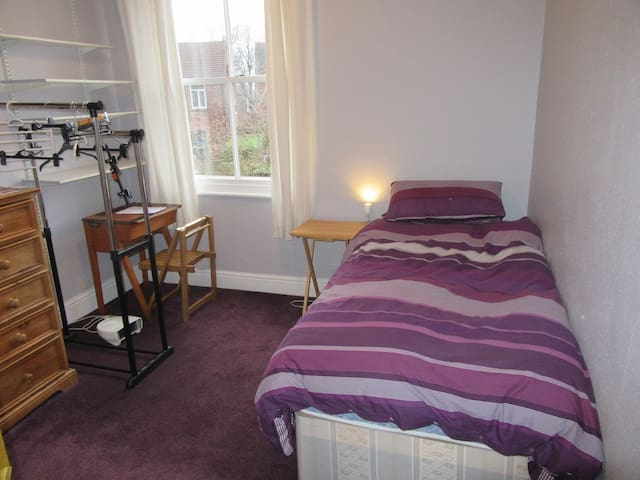 Lovely single room close to MUFC & Cricket Ground