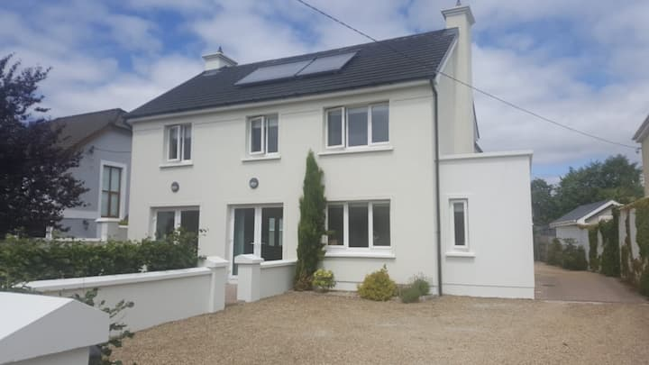 Countess Rd. Dunboy House 7 Mins walk to Town