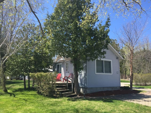 Charming Waterfront Guest Cottage - Petoskey - Blockhütte