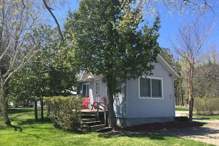 Charming Waterfront Guest Cottage - Petoskey - Kabin