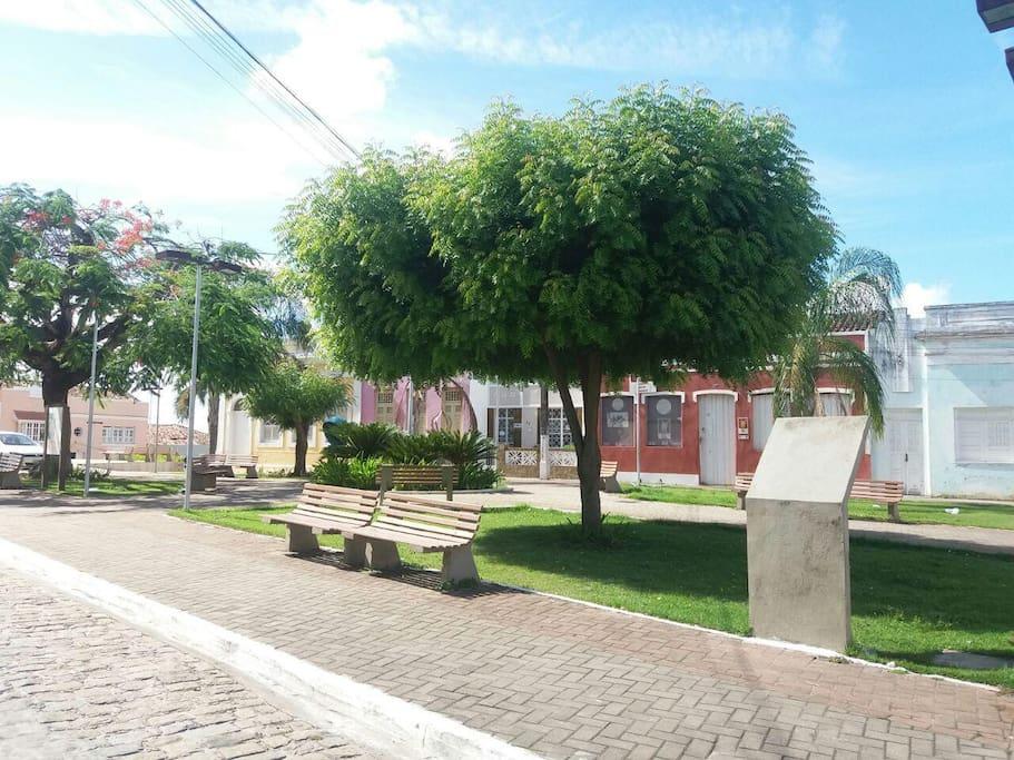 Praça onde a casa fica localizada. Entre a vermelha e a Rosa. Casa branca com pé de jasmim que perfuma a noite.