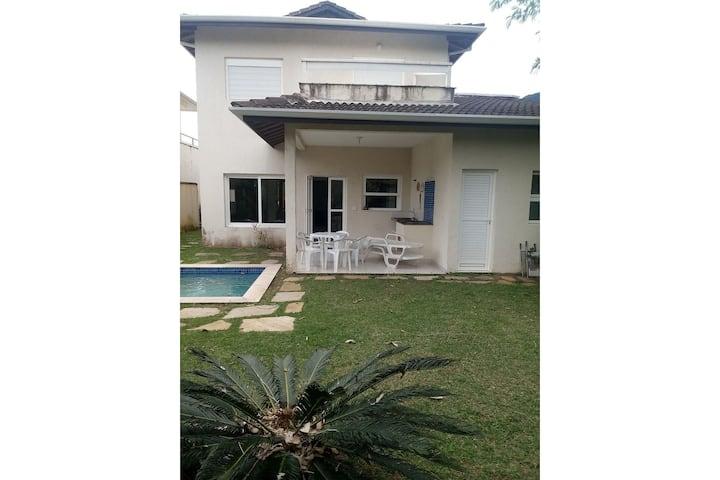 Casa com piscina em condomínio fechado a 1 quadra da praia de Maresias.