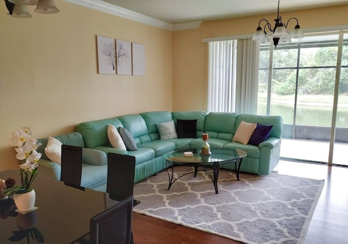 Entire townhome 10 min to Airport, safe, spacious