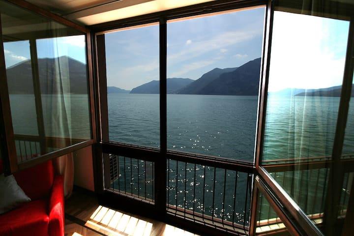 finestra del pescatore sul lago d'Iseo