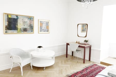 2 bedrooms + 1 upon request  in Gamla Stan
