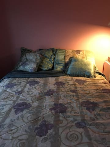 Queen Bed 2nd-Floor Woodlands View - Gurnee - Dom