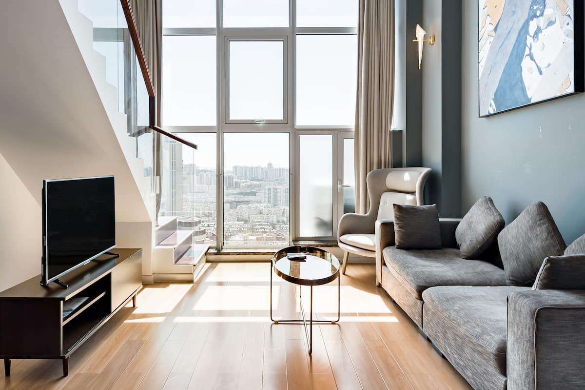 入住地铁口旁灰白主题复式公寓,于高处欣赏城市景观