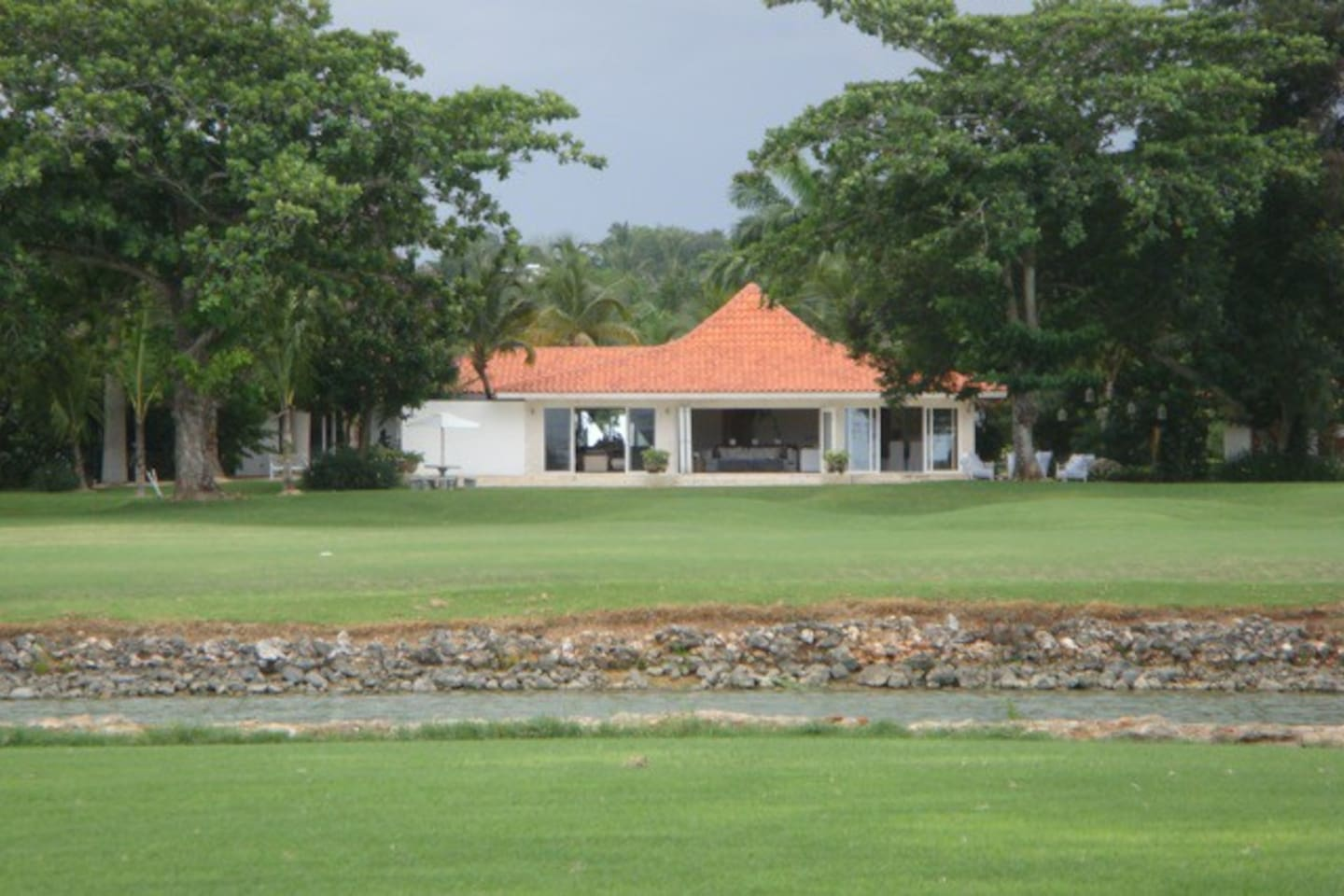 Picture of the villa from the other side of the lake