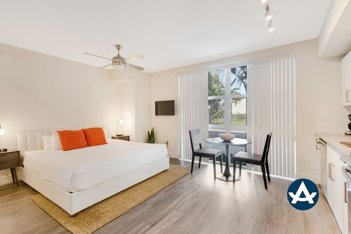 Sextant | Biscayne Townhome #1001 | Pool + Gym | 10 mins to South Beach
