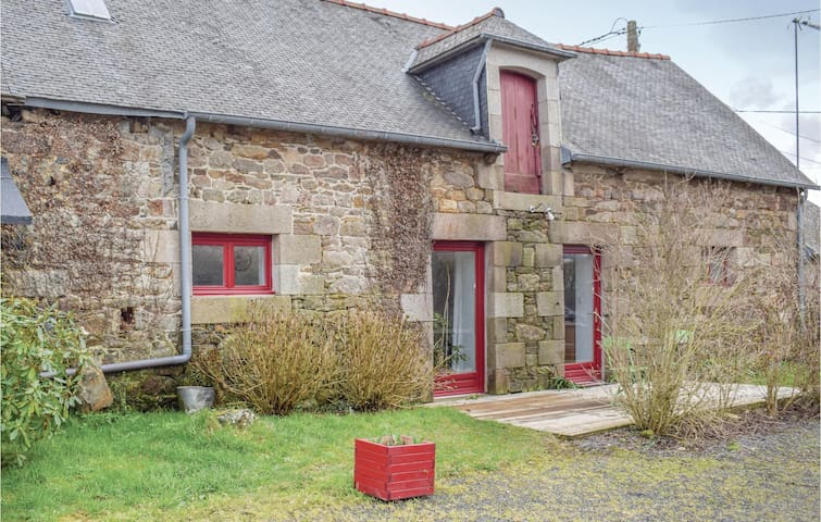 Holiday cottage with 2 bedrooms on 70m² in Pommerit le Vicomte