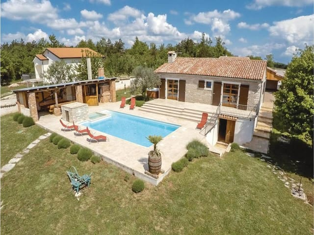 LUX CASA HISTRIA - with heated pool & jacuzzi