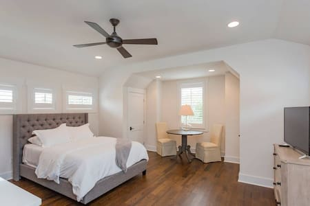 In the Heart of Walkable 12 South ★ Full Kitchen ★ Mins to Downtown Nashville
