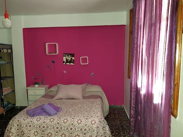 Habitación luminosa lila