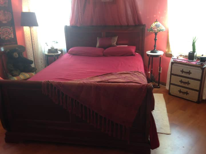 Private comfortable, colorful Red Room@Washburn!